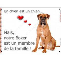 Boxer Fauve assis, plaque Attention, un chien est un chien, membre de la famille affiche panneau pancarte