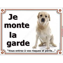 Plaque portail 2 tailles, je Monte la Garde, Labrador sable clair assis, risques et périls pancarte panneau beige blanc attentio