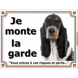 """Basset Hound tricolore, plaque portail """"Je Monte la Garde, risques et périls"""" pancarte panneau Hund attention au chien photo"""