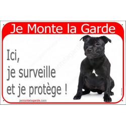 Plaque portail rouge Je Monte la Garde, Staffie noir assis, pancarte surveille et protège, attention au chien panneau