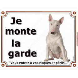 Bull Terrier Blanc assis, pancarte portail je monte la garde, affiche panneau plaque, risques périls attention au chien