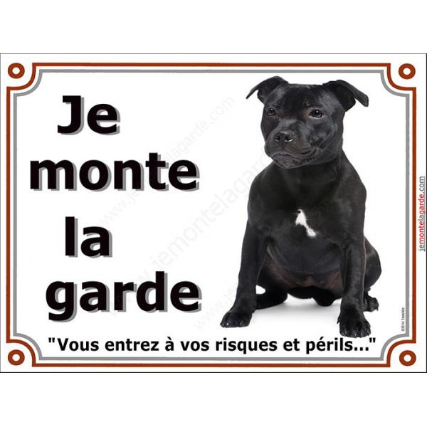 Staffie noir bringé Assis, Plaque portail Je Monte la Garde, panneau affiche pancarte, risques périls staffy attention au chien