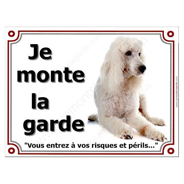 Caniche Blanc Couché, Plaque portail Je Monte la Garde, panneau affiche pancarte, risques périls attention au chien