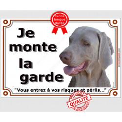 Plaque portail horizontale Je Monte la Garde, Braque de Weimar Tête riques et périls, pancarte panneau attention au chien