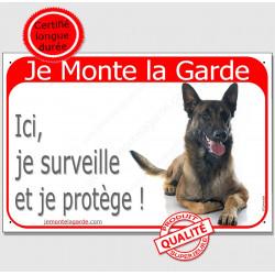 Plaque portail rouge  Je Monte la Garde, Berger Belge Malinois couché surveille et protège, pancarte attention au chien panneau