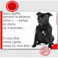 """Staffie Noir Assis, plaque, """"parcourt distance Niche - Portail"""" 24 cm"""