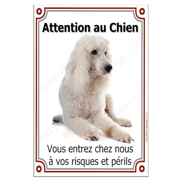 Caniche Blanc Couché, Plaque Portail Attention au Chien verticale, risques périls, pancarte, affiche panneau