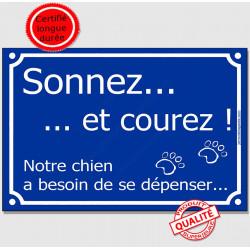 Pancarte portail drôle bleue qui affichera avec humour qu'ici il vaut mieux faire attention au chien ! Sonnez et courez, notre c