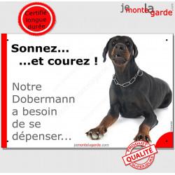 """Dobermann couché, plaque humour """"Sonnez et Courez !"""" 24 cm"""