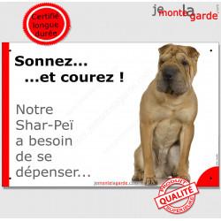 """Shar-Peï assis, plaque humour """"Sonnez et Courez !"""" 24 cm"""