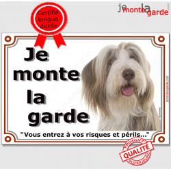 """Bearded Collie fauve et blanc, plaque portail """"Je Monte la Garde, risques et périls"""" pancarte panneau beige marron photo Beardie"""