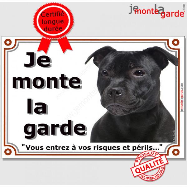 """Staffie tout noir tête, plaque portail """"Je Monte la Garde, risques périls"""" panneau affiche pancarte, staffy entièrement noir pho"""