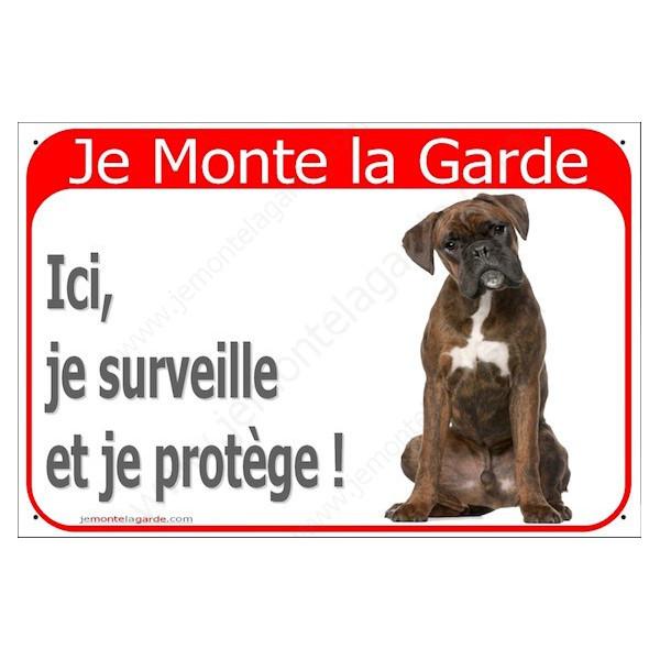 Boxer Marron Bringé Assis, Plaque Portail rouge Je Monte la Garde, surveille protège, pancarte, affiche panneau